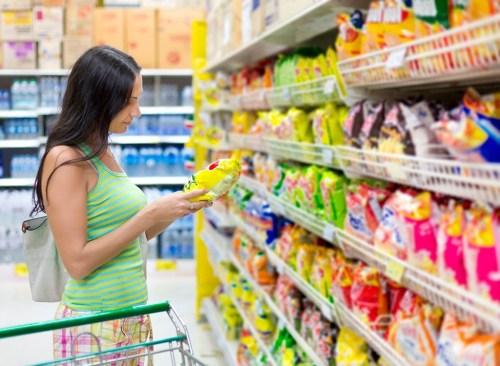 Femme, achats, supermarché, casse-croûte