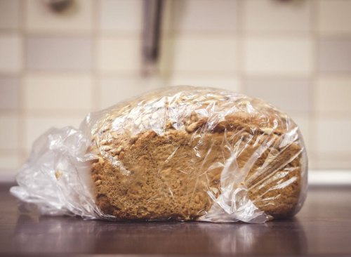 Pain sur le comptoir de la cuisine dans un sac en plastique