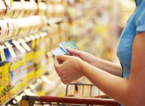 Femme, tenue, coupons, supermarché