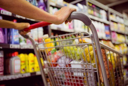 nourriture saine perte de poids femme poussant l'épicerie en magasin