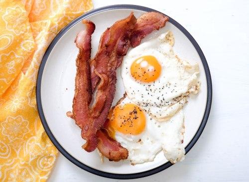 Petit-déjeuner keto avec des protéines de bacon et d'œufs riches en protéines - comment se débarrasser d'un estomac gonflé en 24 heures