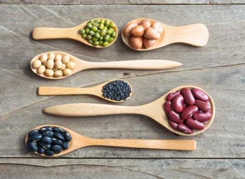 des haricots différents sur des cuillères en bois - comment se débarrasser d'un estomac gonflé en 24 heures