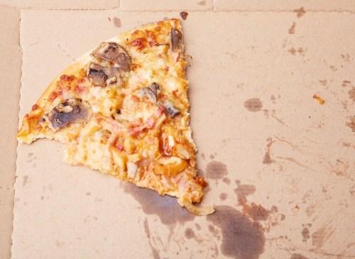Tranche une pizza avec de la graisse - comment se débarrasser de l'estomac gonflé en 24 heures