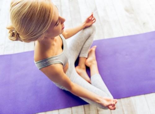 Femme méditant - Comment se débarrasser d'un estomac gonflé en 24 heures