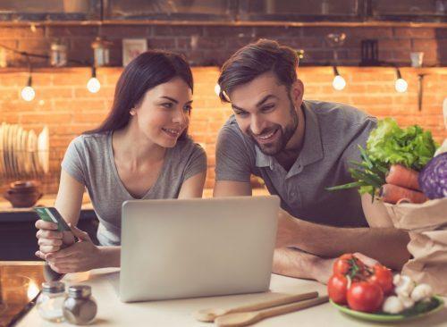 Couple, regarder, ordinateur