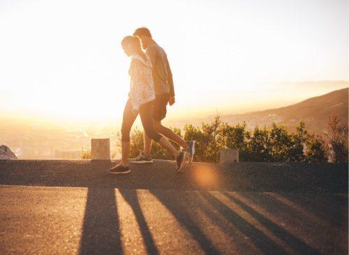Couple sur une promenade matinale
