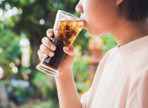 femme buvant un soda