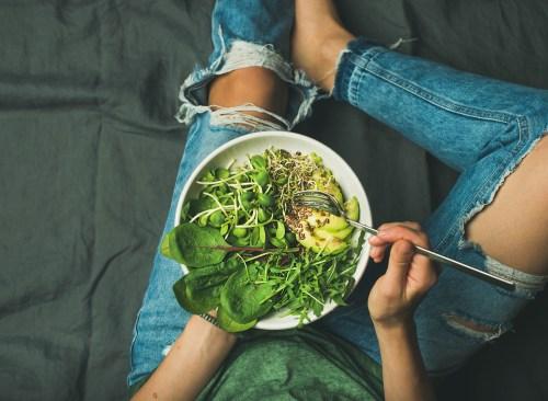 dîner à base de plantes vertes avec suppléments végétaliens