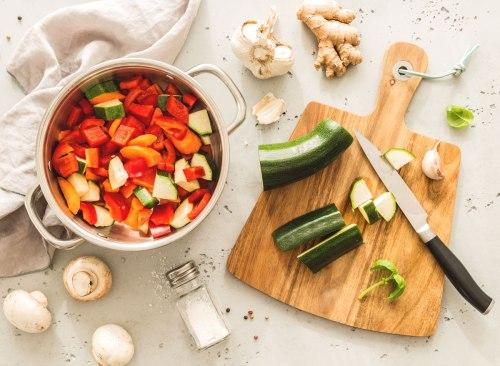 Préparation de repas végétarien à la courgette au paprika italien