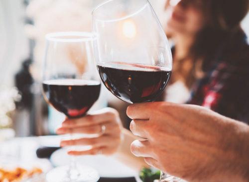 Couple acclamant le vin rouge