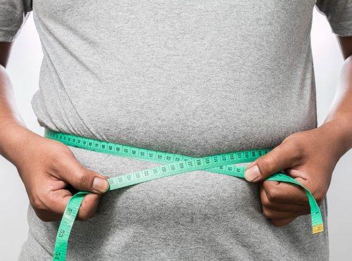 Homme mesurant la taille avec un ruban à mesurer
