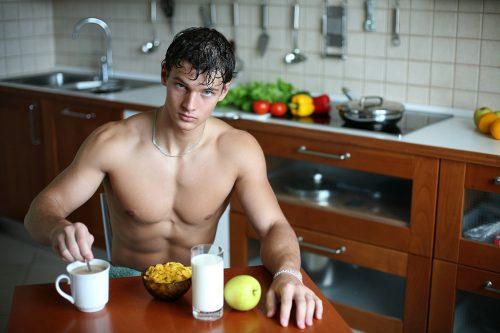 Homme au petit-déjeuner torse nu