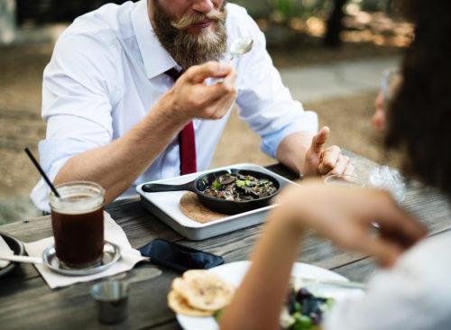 Homme, manger, dehors, poêle, fonte, table