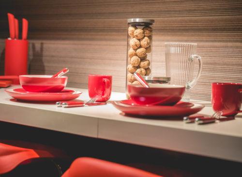 Assiettes rouges et tasses