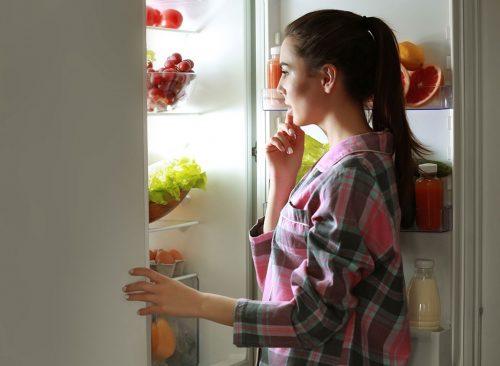 Femme, regarder, dans, réfrigérateur, tard, soir