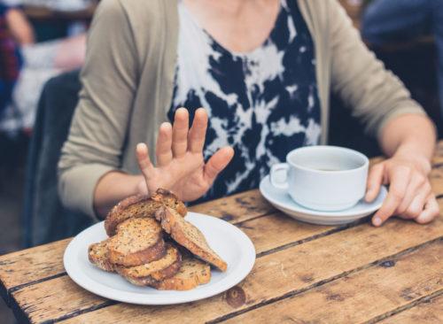 Femme refusant de manger du pain