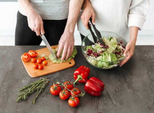 Couple faisant la salade