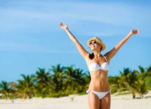 Femme heureuse sur la plage