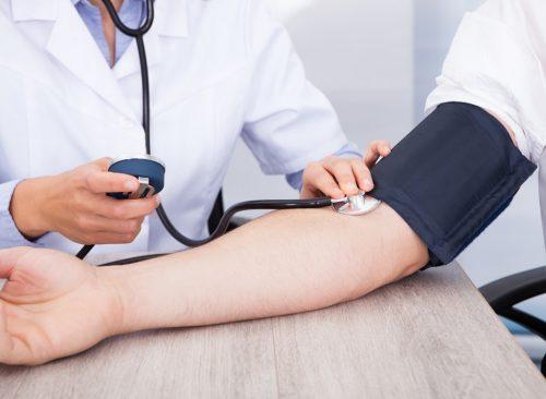 Docteur prenant la tension artérielle