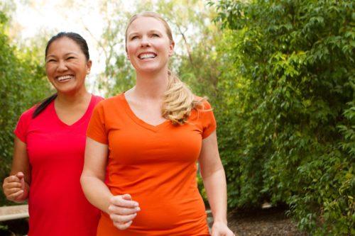 Femmes marchant et faisant de l'exercice souriant et heureux