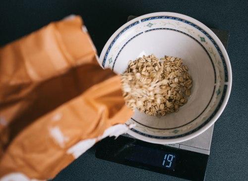 Verser l'avoine dans un bol pour mesurer la portion à l'échelle