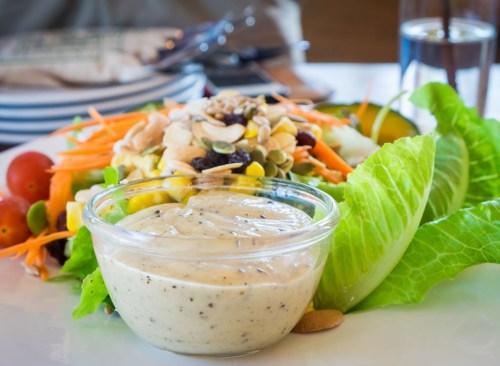 Vinaigrette sur le côté de la salade