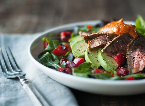 Salade de bifteck saine à l'avocat