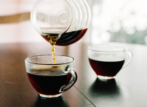 Une tasse de cuillère sur le café versé dans une tasse le matin.