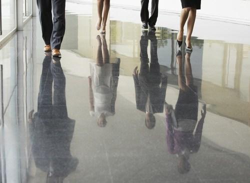 Gens d'affaires marchant au bureau au travail