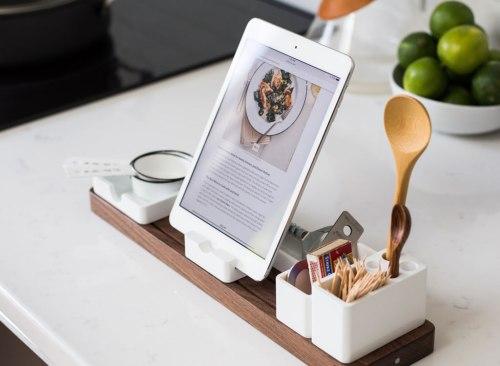 La tablette se trouvait sur le comptoir de la cuisine avec une recette à suivre pour cuisiner à la maison