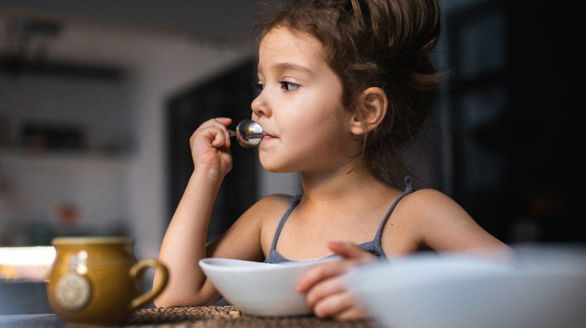 Un enfant en train de déjeuner
