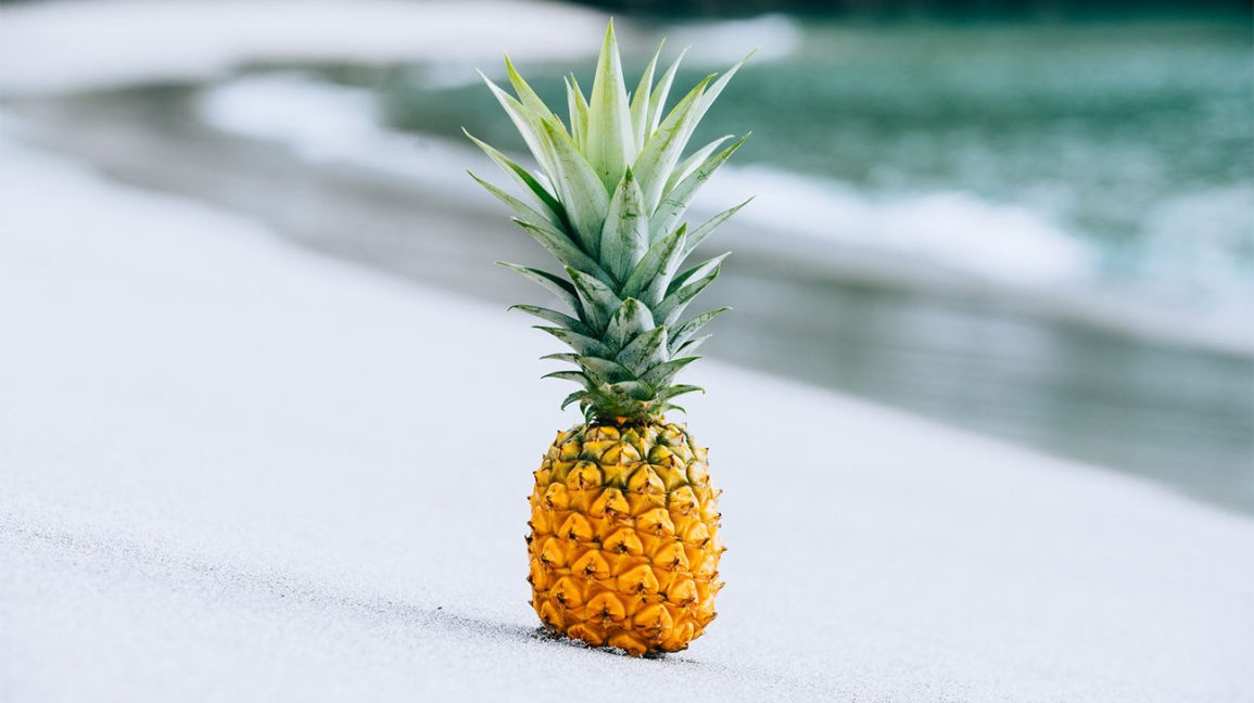 l'ananas parfait Un ananas mûr sur une plage l'ananas parfait