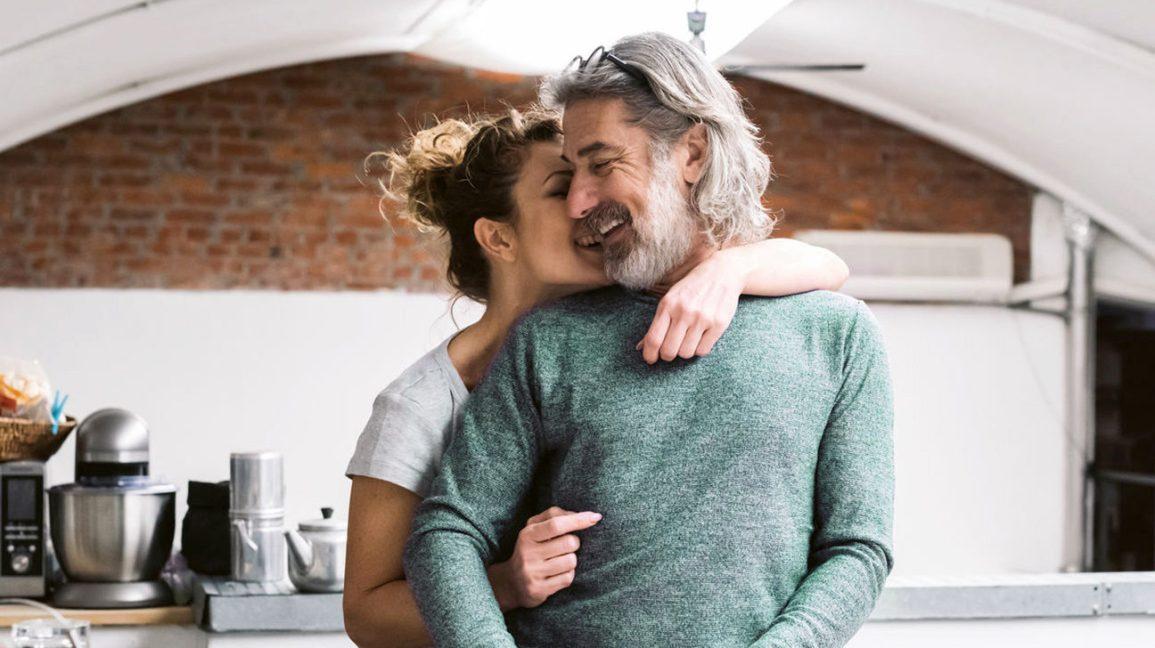Couple, étreindre, dans cuisine