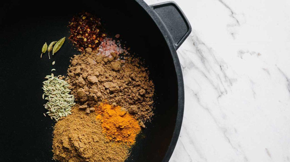 cumin, graines de cumin, piment rouge et autres épices dans une poêle à frire