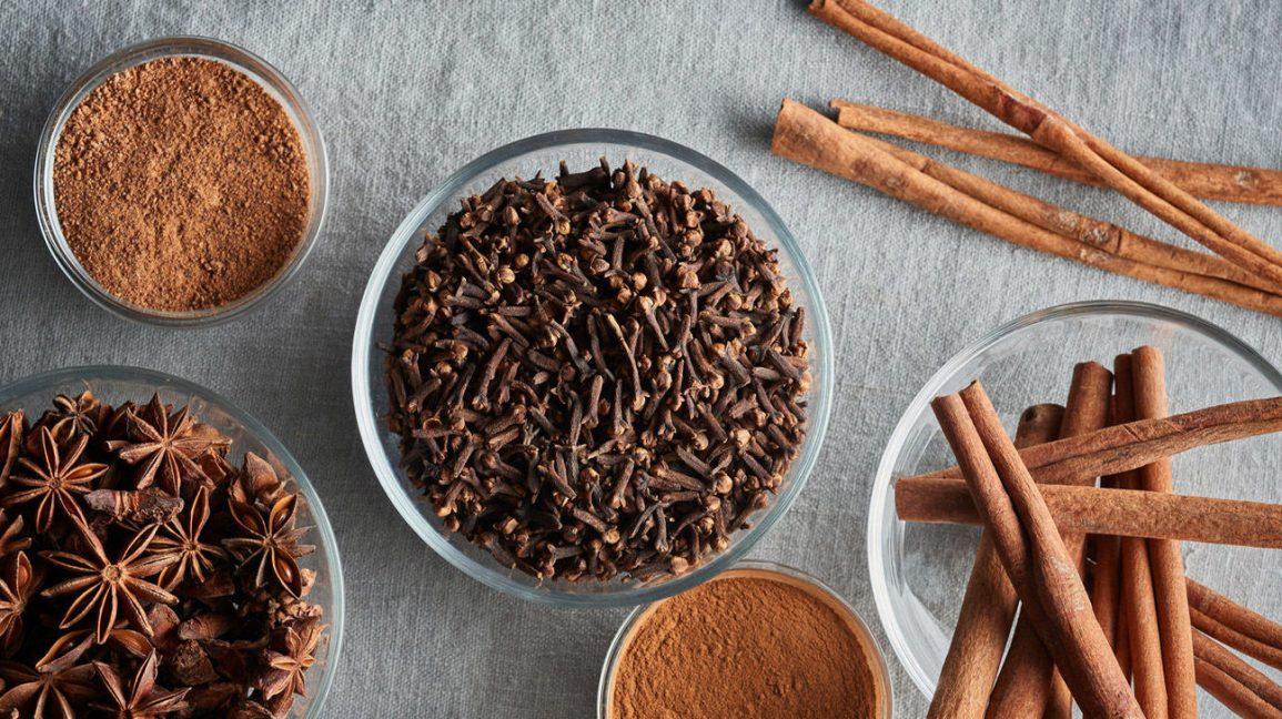 Diverses épices dont le clou de girofle, la cannelle, l'anis étoilé et la noix de muscade