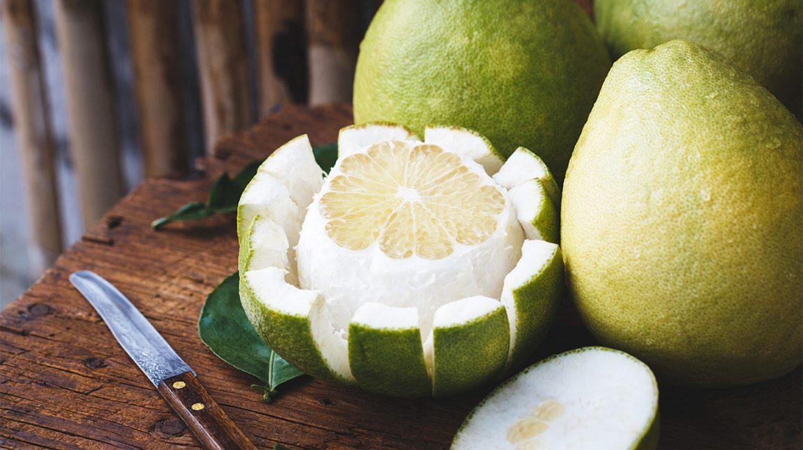 Agrumes coupés en pomelo