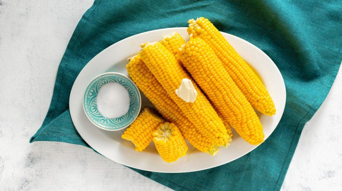 Maïs en épi avec du beurre et du sel