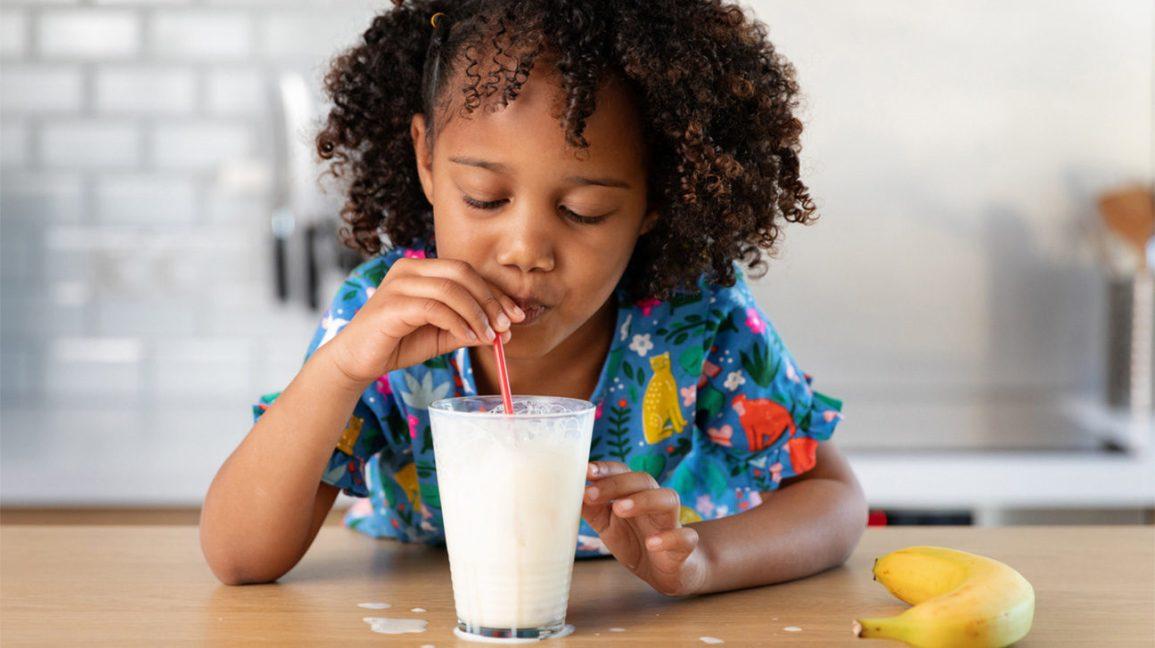 Fille buvant un verre de lait