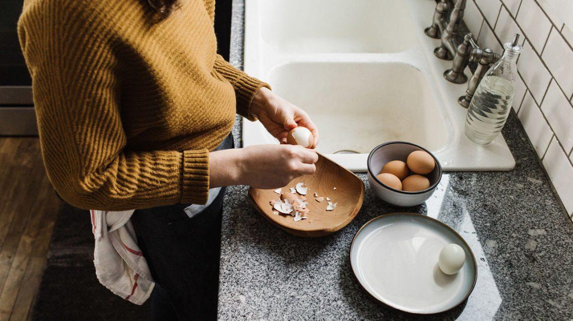 Femmes retirant la coquille d'œufs durs