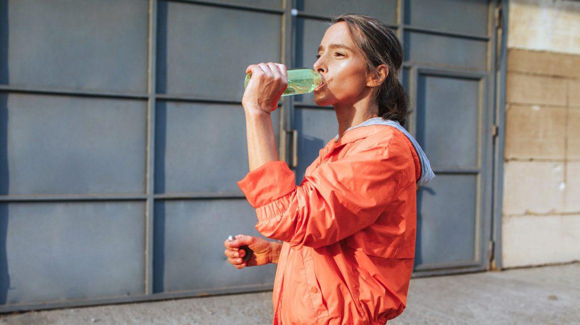 Femme buvant de l'eau protéinée