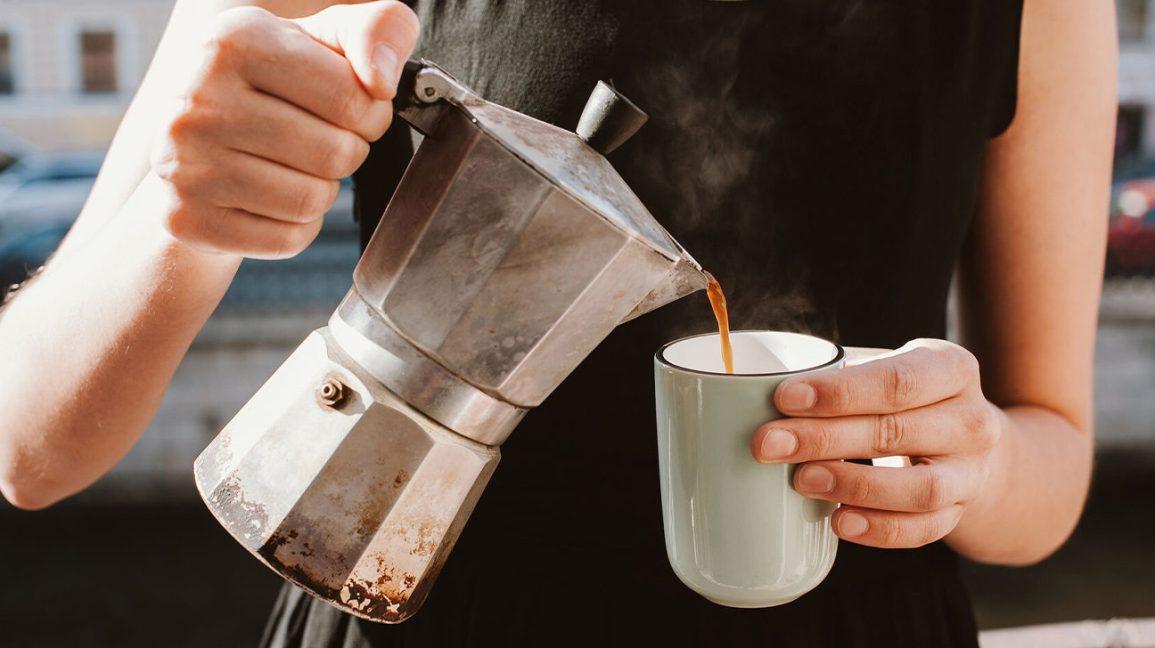 Femme versant du café chaud