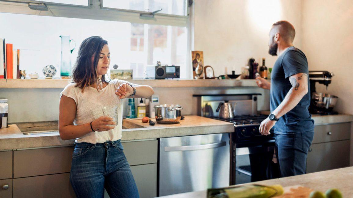Couple dans une cuisine pratiquant le jeûne intermittent