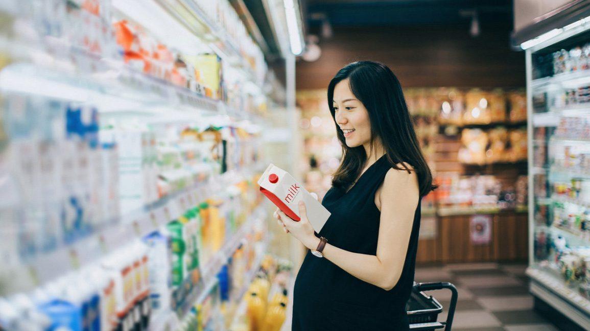 Femmes enceintes asiatiques achetant du lait