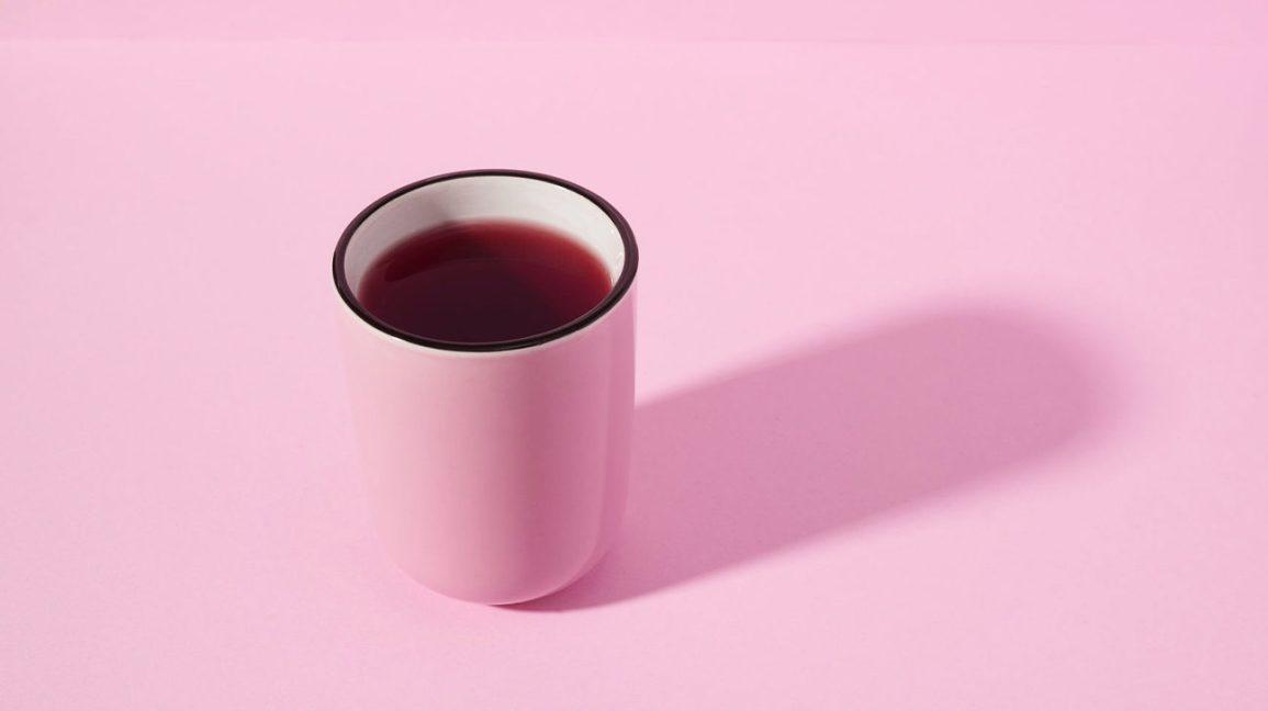 crampes Thé d'écorce de crampe dans une tasse rose