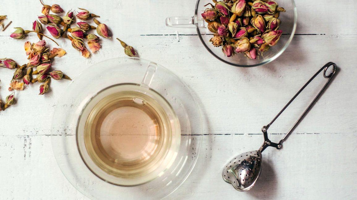 Une tasse de thé à la rose