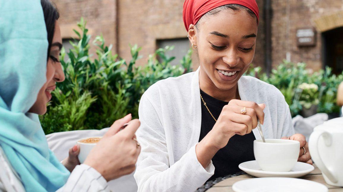 Quantité de caféine Femmes buvant du thé ou du café