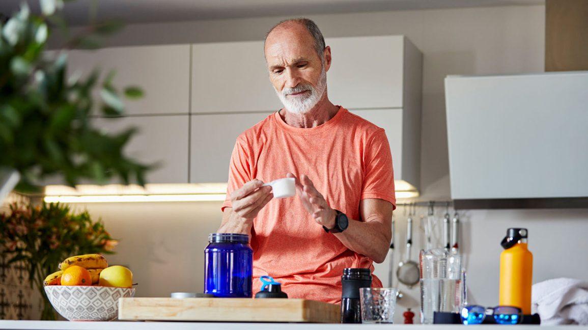 Homme mesurant la poudre de créatine