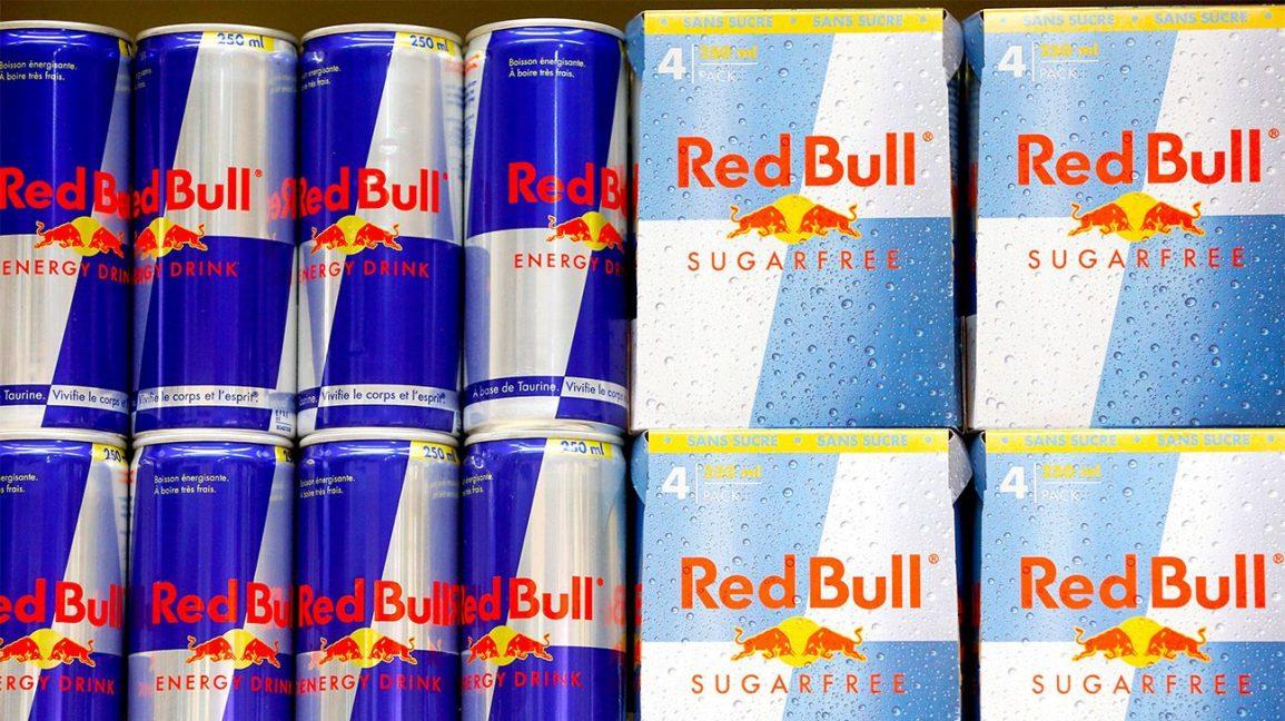 Une étagère avec Red Bull régulier et sans sucre