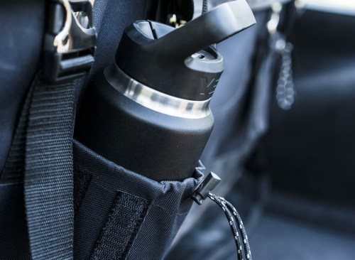 Perdre du poids : Bouteille d'eau réutilisable dans le sac à dos