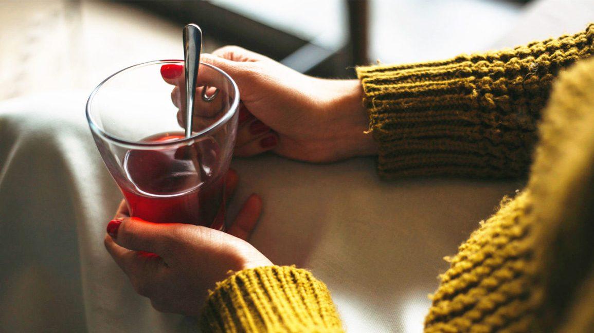 Femme, tenue, tasse, thé, bergamote